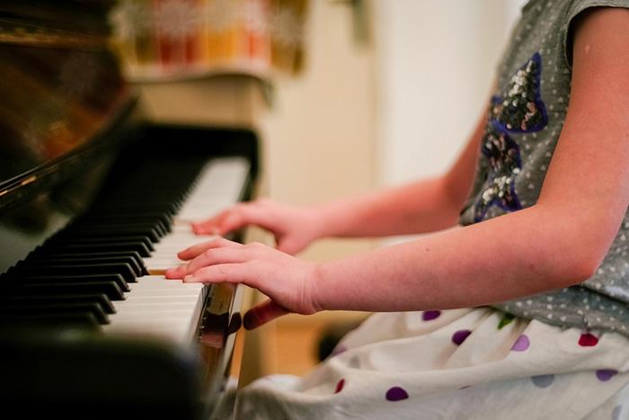 Usia 6 tahun : bermain alat musik