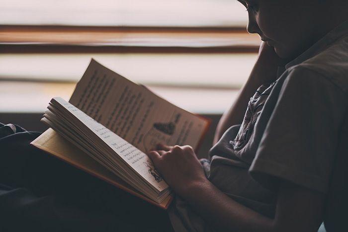 Usia 7 tahun : menjadi tukang baca yang selalu haus ilmu