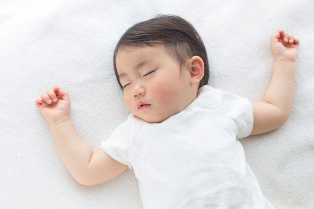 Tempat teraman untuk tidur bayi adalah yang tidak terlalu banyak bantal.