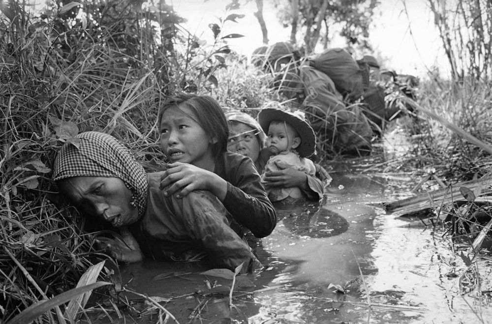 4. Saat ibu melindungi anaknya dari kekejaman perang di Vietnam