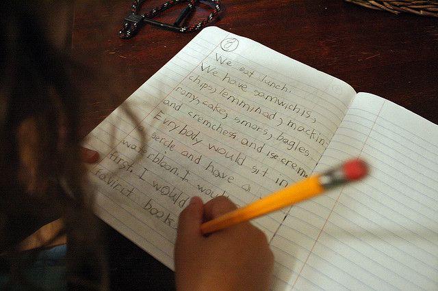 Membantu anak belajar menulis rapi dan mudah dibaca