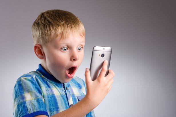 Seorang ibu berhasil membuat anaknya takut gadget
