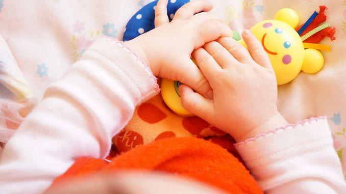 Mainan yang Tepat untuk Bayi 0 – 6 Bulan agar Tumbuh Kembangnya Optimal